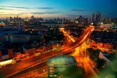 Τη μητρόπολη τη νύχτα γεμίζουν με τα ψηλά κτίρια και colorf στοκ εικόνες με δικαίωμα ελεύθερης χρήσης