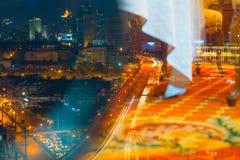 Τη μητρόπολη τη νύχτα γεμίζουν με τα ψηλά κτίρια και colorf στοκ εικόνες