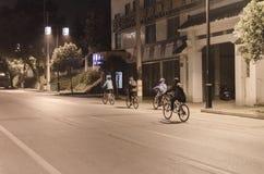 Τη νύχτα, η οδήγηση εφήβων αγώνα οδών στοκ εικόνα με δικαίωμα ελεύθερης χρήσης