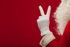 Τη φωτογραφία Άγιου Βασίλη που φορούν γάντια παραδίδει την υπόδειξη της χειρονομίας δάχτυλα Στοκ εικόνα με δικαίωμα ελεύθερης χρήσης