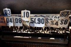 Τιμές καταλόγων μετρητών αντικών στοκ εικόνες