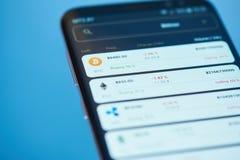 Τιμή του bitcoin στην κινητή οθόνη στοκ εικόνα με δικαίωμα ελεύθερης χρήσης