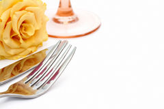 Τιμή τών παραμέτρων θέσεων γευμάτων Το μαχαίρι και το δίκρανο και το γυαλί με κίτρινο αυξήθηκαν Στοκ Φωτογραφία