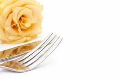 Τιμή τών παραμέτρων θέσεων γευμάτων Το μαχαίρι και το δίκρανο με κίτρινο αυξήθηκαν Στοκ Φωτογραφία