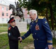 Τιμημένος στρατιωτικός πειραματικός, συνταγματάρχης γενικός των αεροσκαφών Nikolay Moskvitelev με το μαθητή στρατιωτικής σχολής τ Στοκ Φωτογραφίες