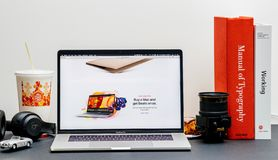 Τιμολόγηση εκπαίδευσης καταστημάτων Διαδικτύου ιστοχώρου της Apple MacBook Pro στοκ φωτογραφία