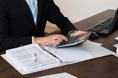 Τιμολόγιο υπολογισμού Businessperson στην αρχή Στοκ φωτογραφίες με δικαίωμα ελεύθερης χρήσης