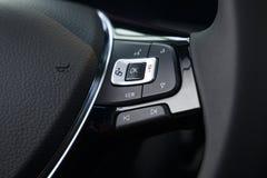 Τιμόνι δέρματος πολυμέσων σε ένα σύγχρονο ακριβό αυτοκίνητο στοκ φωτογραφία με δικαίωμα ελεύθερης χρήσης