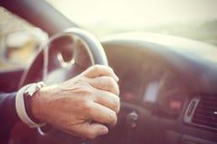 Τιμόνι εκμετάλλευσης χεριών ατόμων στην κίνηση ενώ κινήσεις στοκ εικόνες με δικαίωμα ελεύθερης χρήσης