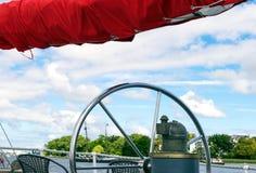 Τιμόνι και κόκκινα πανιά του ψηλού σκάφους ενάντια στον ουρανό Στοκ Εικόνα