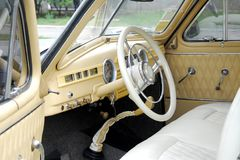 Τιμόνι και ταμπλό ενός παλαιού αυτοκινήτου στοκ εικόνες