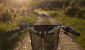 Τιμόνι ποδηλάτων στην ηλιοφάνεια Ε-ΠΟΔΗΛΑΤΑ στοκ εικόνες