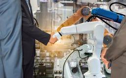 Τινάζοντας συνεργασία χεριών επιχειρηματιών με μελλοντική βιομηχανία βραχιόνων ρομπότ τη ρομποτική Στοκ Φωτογραφία