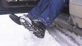 Τινάξτε το χιόνι από τα πόδια απόθεμα βίντεο