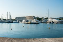 Τις άσπρες βάρκες στην αποβάθρα σταθμεύουν κοντά στο ξενοδοχείο στοκ φωτογραφίες
