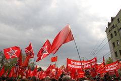 Τις κόκκινες σημαίες που αφήνονται το μέτωπο για να διαμαρτυρηθούν τη ρωσική αντίθεση Στοκ φωτογραφία με δικαίωμα ελεύθερης χρήσης