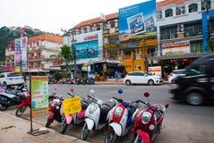 Τις μοτοσικλέτες σταθμεύουν στην οδό Krabi, AO Nang, Ταϊλάνδη Στοκ εικόνα με δικαίωμα ελεύθερης χρήσης