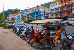 Τις μοτοσικλέτες σταθμεύουν στην οδό Krabi, AO Nang, Ταϊλάνδη Στοκ Εικόνες