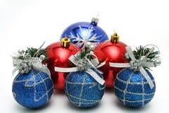 τις μπλε εορταστικές διακοσμήσεις χρώματος Χριστουγέννων που τίθενται το δέντρο Στοκ Φωτογραφίες