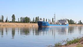 Τιτάνας βυτιοφόρων που μπαίνει σε το κανάλι, στενή δίοδος νερού στο Βόλγκογκραντ απόθεμα βίντεο