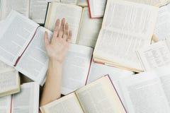 Τιτιβίσματα χεριών από την αφθονία βιβλίων Στοκ Εικόνες