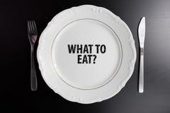 Τι για να φάει την έννοια Κενό άσπρο πιάτο τοπ άποψης στο μαύρο backgro Στοκ Εικόνες