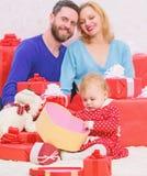 Τι να αναμείνει r Κόκκινα κιβώτια Ευτυχής οικογένεια με το παρόν κιβώτιο E Επόμενη μέρα των Χριστουγέννων Αγάπη και εμπιστοσύνη σ στοκ φωτογραφία