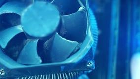 Τμήματα PC μακρο ΚΜΕ σκόνης στον πρόσθετο ανεμιστήρα κινηματογραφήσεων σε πρώτο πλάνο Δεν λειτουργεί, στη σκόνη και βρώμικος φιλμ μικρού μήκους