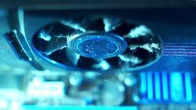 Τμήματα PC στην πρόσθετη κινηματογράφηση σε πρώτο πλάνο σκόνης, τηλεοπτικός ανεμιστήρας καρτών, βρώμικος και φλογερός Δεν λειτουρ φιλμ μικρού μήκους