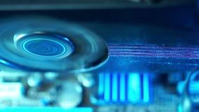Τμήματα PC στην πρόσθετη κινηματογράφηση σε πρώτο πλάνο σκόνης, τηλεοπτικός ανεμιστήρας καρτών, βρώμικος και φλογερός Αρχίζει να  απόθεμα βίντεο