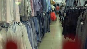 Τμήμα ιματισμού μόδας στην υπεραγορά απόθεμα βίντεο