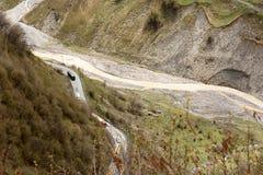 Τμήμα του της Γεωργίας στρατιωτικού δρόμου στην κοιλάδα ποταμών Aragvi Καυκάσια κορυφογραμμή, Γεωργία στοκ φωτογραφίες