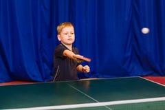 Τμήμα των αθλητικών παιδιών της επιτραπέζιας αντισφαίρισης, παίζοντας επιτραπέζια αντισφαίριση αγοριών στοκ εικόνες με δικαίωμα ελεύθερης χρήσης