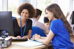 Τμήμα υπηρεσιών σπουδαστών πανεπιστημίου που παρέχει τις συμβουλές Στοκ Εικόνες