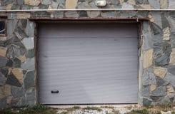 Τμηματική πλαστική πύλη ανελκυστήρων του γκαράζ στο κατοικημένο σπίτι στοκ εικόνα με δικαίωμα ελεύθερης χρήσης