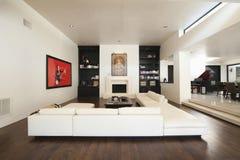 Τμηματικός καναπές στο σύγχρονο καθιστικό στοκ φωτογραφίες