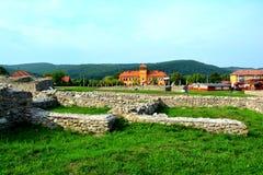 Τοίχοι και καταστροφές σε Ulpia Traiana Αουγκούστα Dacica Sarmizegetusa Στοκ εικόνες με δικαίωμα ελεύθερης χρήσης