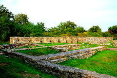 Τοίχοι και καταστροφές σε Ulpia Traiana Αουγκούστα Dacica Sarmizegetusa Στοκ φωτογραφία με δικαίωμα ελεύθερης χρήσης