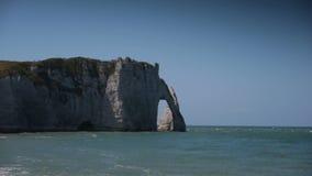 Τοίχοι και te ωκεανός ασβεστόλιθων σε Etretat Νορμανδία Γαλλία απόθεμα βίντεο