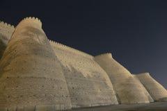 Τοίχοι πόλεων της αρχαίας πόλης της Μπουχάρα στο Ουζμπεκιστάν, στην έναστρη νύχτα Τοίχος του ογκώδους φρουρίου κιβωτών στοκ φωτογραφία με δικαίωμα ελεύθερης χρήσης