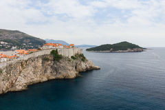Τοίχοι πόλεων στην παλαιά κωμόπολη Dubrovnik ` s και το νησί Lokrum Στοκ φωτογραφίες με δικαίωμα ελεύθερης χρήσης