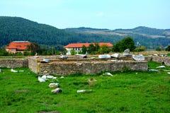Τοίχοι σε Ulpia Traiana Αουγκούστα Dacica Sarmizegetusa Στοκ εικόνες με δικαίωμα ελεύθερης χρήσης