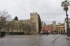 Τοίχοι του παλατιού της Σεβίλης από Plaza del Triunfo Στοκ Εικόνες