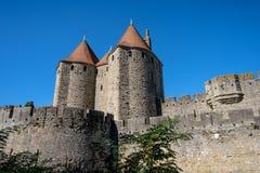 Τοίχοι του Castle άνωθεν του Λα Cité φρουρίων με την ακρόπολη, Carcassonne, Γαλλ στοκ φωτογραφία