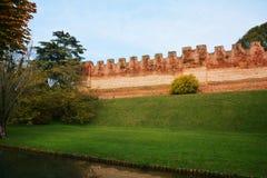 Τοίχοι του Castle ενάντια στο μπλε ουρανό, διάσημο στο Καστελφράνκο Βένετο, Ιταλία, Ευρώπη Στοκ εικόνες με δικαίωμα ελεύθερης χρήσης
