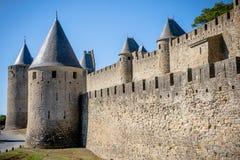 Τοίχοι του Castle του Λα Cité φρουρίων με την ακρόπολη, Carcassonne, Γαλλία στοκ εικόνες