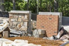 Τοίχοι τούβλου και πετρών δειγμάτων σε ένα εργοτάξιο οικοδομής Στοκ εικόνα με δικαίωμα ελεύθερης χρήσης