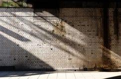 Τοίχος άσπρος-τούβλου Στοκ φωτογραφία με δικαίωμα ελεύθερης χρήσης
