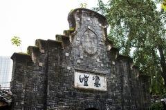 Τοίχος αετωμάτων του μετώπου ενός παλαιού κτηρίου στα γκρίζα τούβλα στοκ εικόνες με δικαίωμα ελεύθερης χρήσης