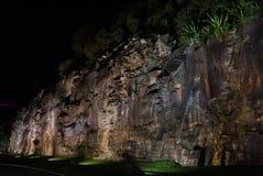 Τοίχος αναρρίχησης βράχου αναμμένος επάνω από τα φω'τα στη νύχτα Στοκ φωτογραφία με δικαίωμα ελεύθερης χρήσης